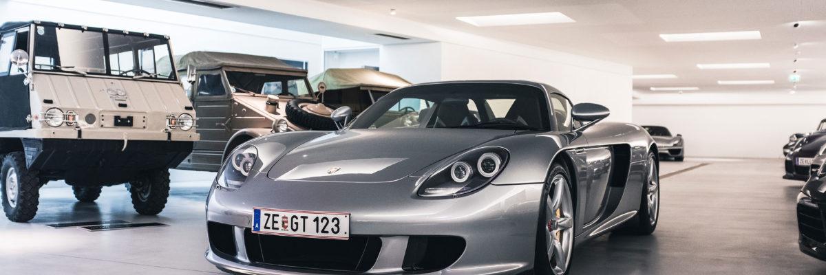 ポルシェの歴史上、最初で最後の「アナログな手触りを持つ」スーパースポーツカー、カレラGTの魅力に迫る